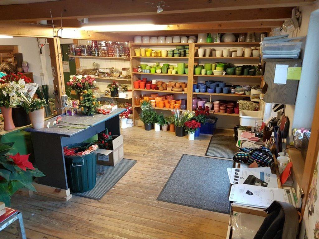 Auch Vasen und Blumenbinden gehört zum Programm von Blumen Elisabeth in Mittbach bei Isen.