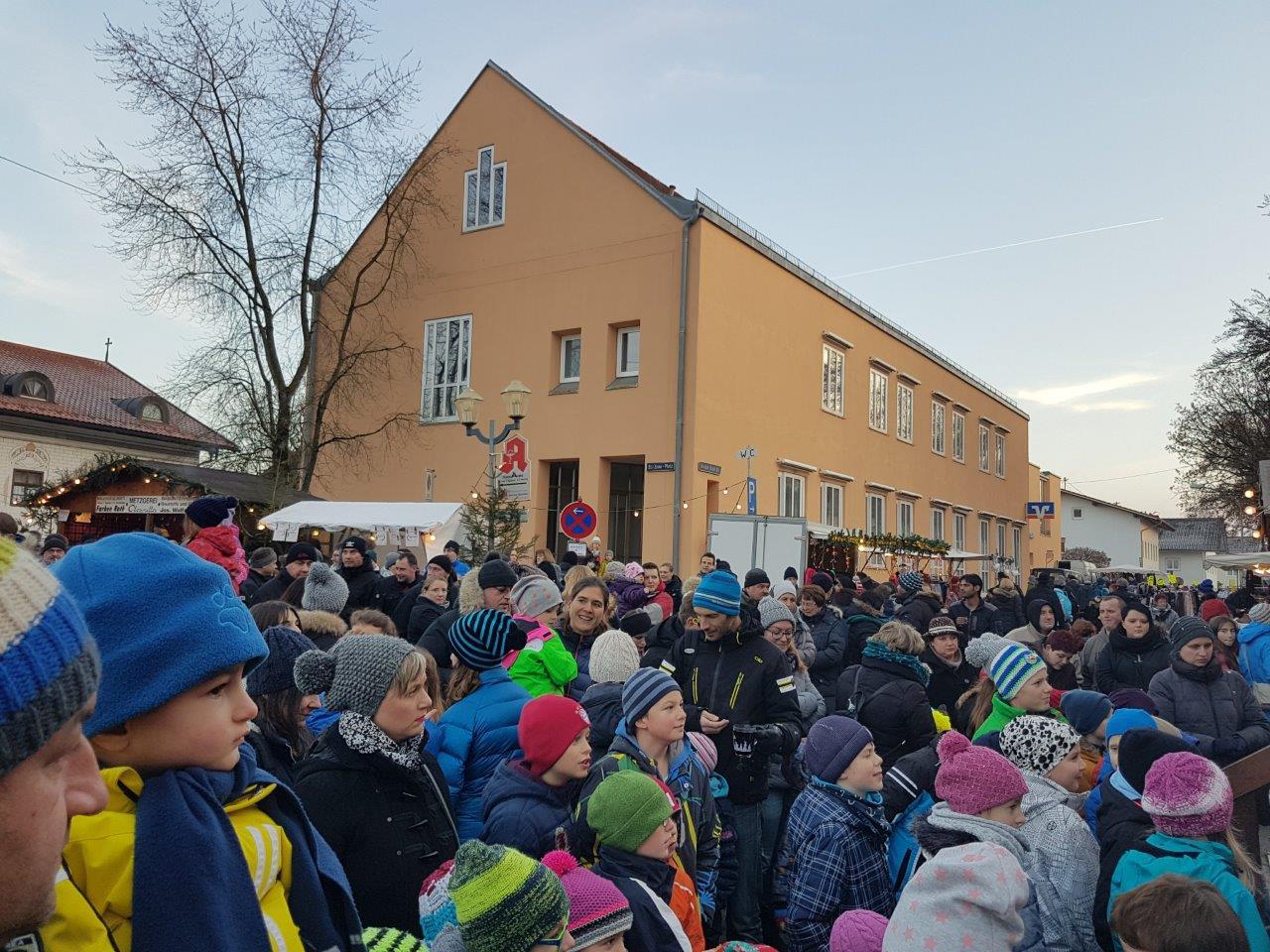 Viele Kinder warten freudig auf die Verlosung auf dem Nikolausmarkt Isen