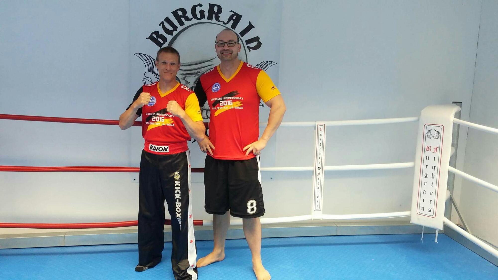 Isener Kickboxtrainer bestehen Schwarzgurtprüfung