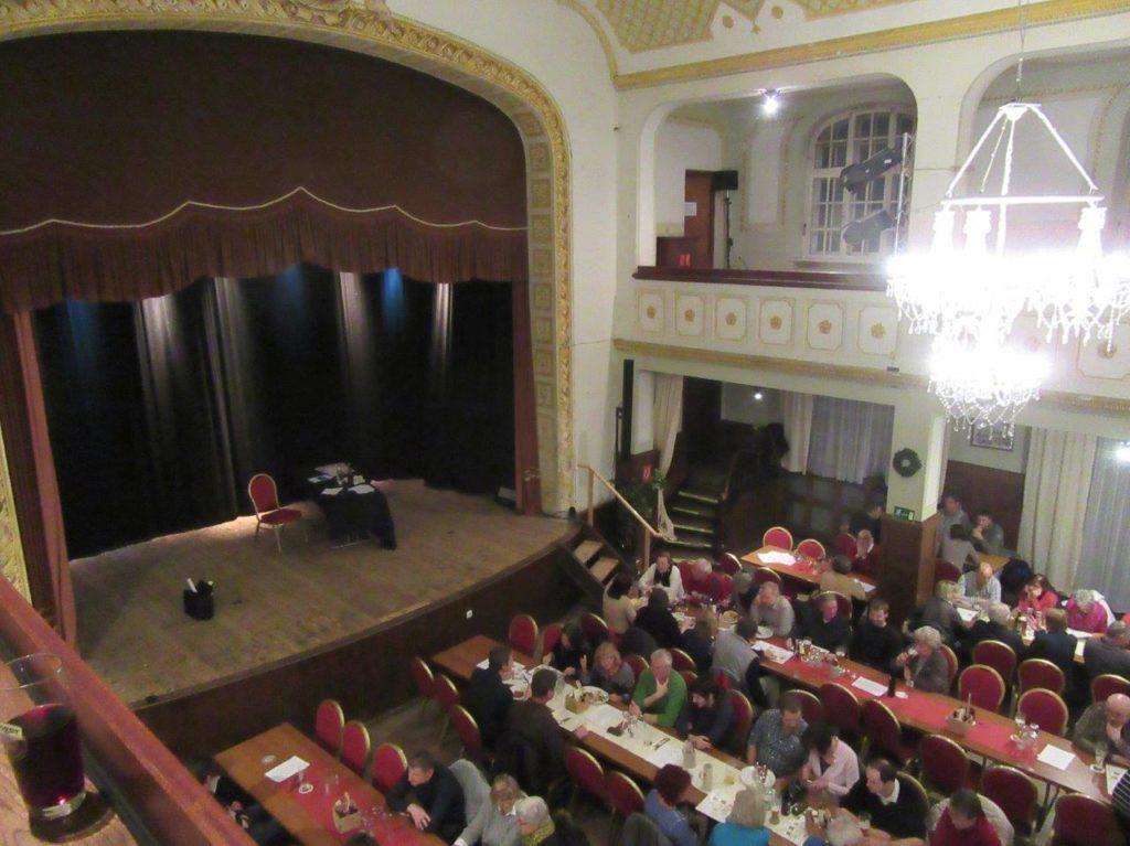 Warten auf Claus von Wagner im Klement-Saal in Isen Foto: Susanne Niedernhuber