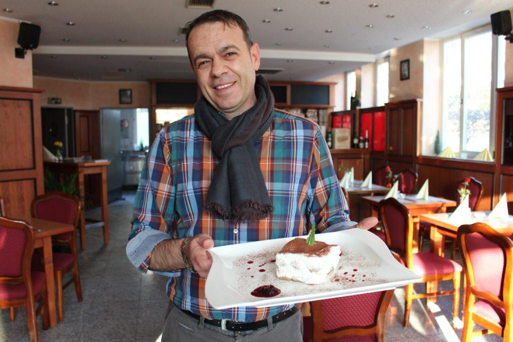 Da lacht der Chef - Marcello Peppino bei der Präsentation seines in Isen hergestellten Tiramisu