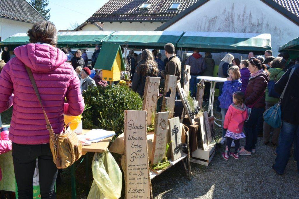 Holzschilder beim Frühlingsfest in Isen gab es auch zu kaufen