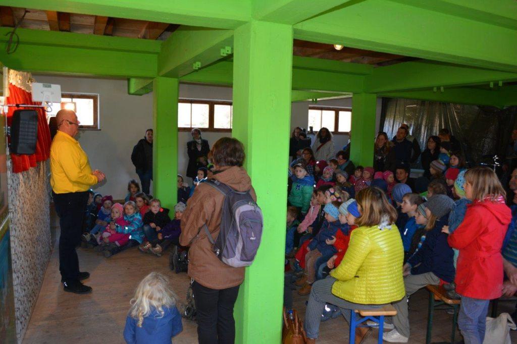 Volles Haus hatte auch der Kasperl im RWG Lagerhaus in Isen