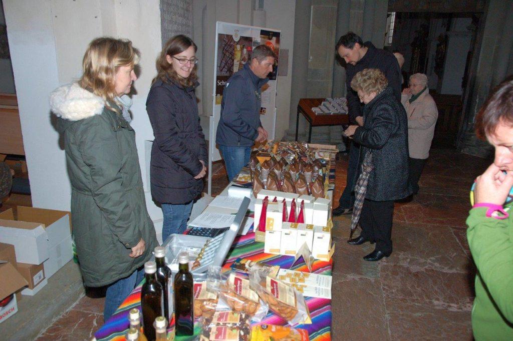 Fair gehandelte Produkte im Vorfeld des Gottesdienstes in Isen