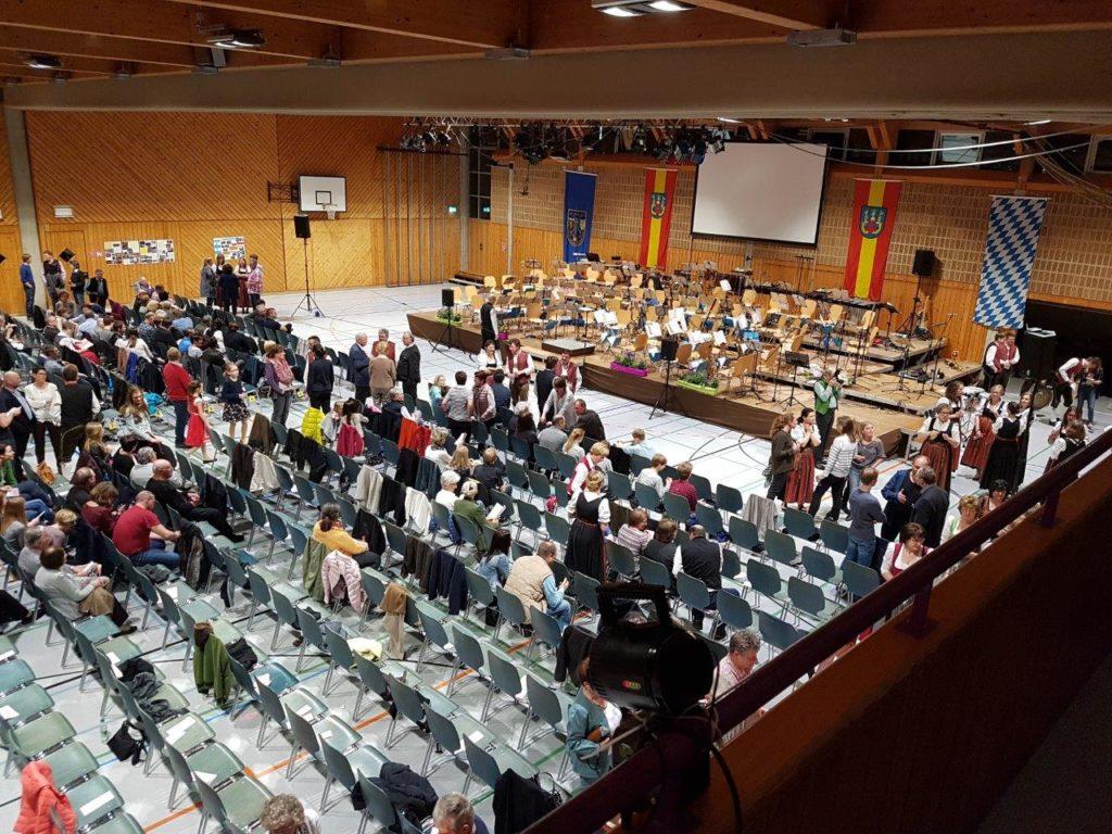 Die Schulturnhalle wurde extra für das Frühjahrskonzert der Blaskapelle Isen umgebaut.