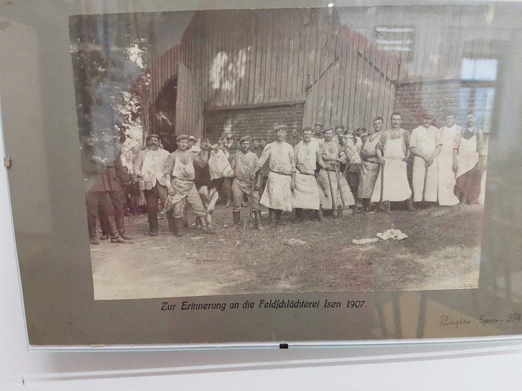 Die Soldaten mussten natürlich auch mit Lebensmitteln versorgt wurden. Hier ein Bild der damaligen Metzger (Feldschäterei Isen) aus dem Jahr 1907