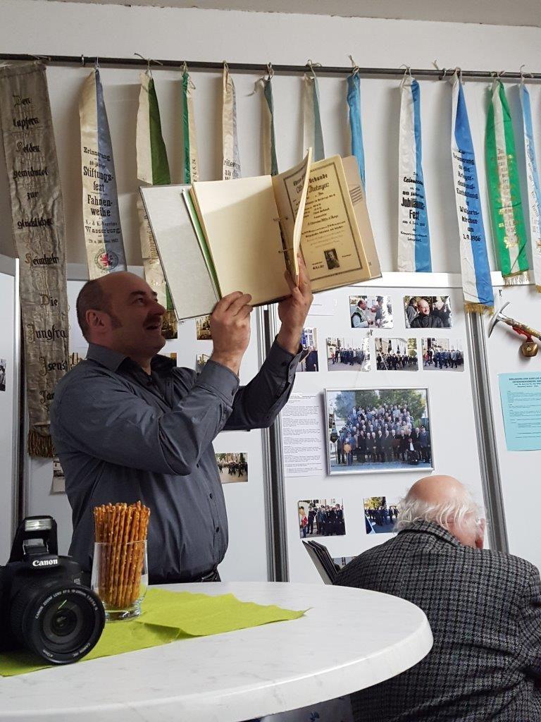 Albert Zimmerer vom Festausschuß zeigt den Ordner mit den Heldenurkunden