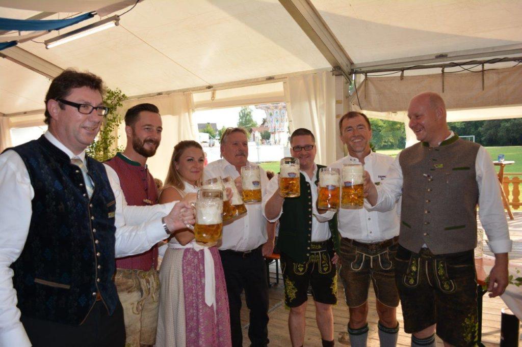 Landrat Martin Bayerstorfer mit Bürgermeister Siegfried Fischer, Wirtsleuten und Volksfestreferent Andreas Kielbassa beim Anstoß auf das Volksfest 2017 in Isen