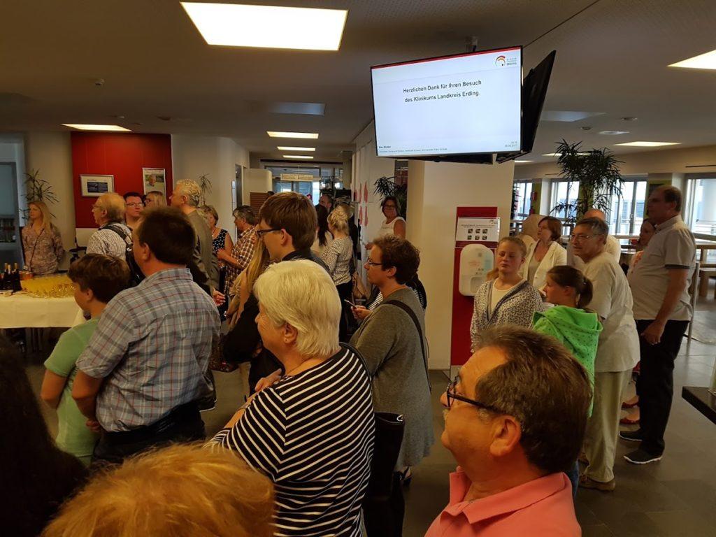 Zahlreiche Besucher auf der Vernissage der Farbenspiel Isen Künstlergruppe