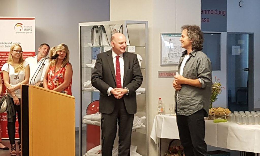 Klinikum Erding Leiter Sandor Mohaci bei der Eröffnungsrede der Vernissage Farbenspiel Isen