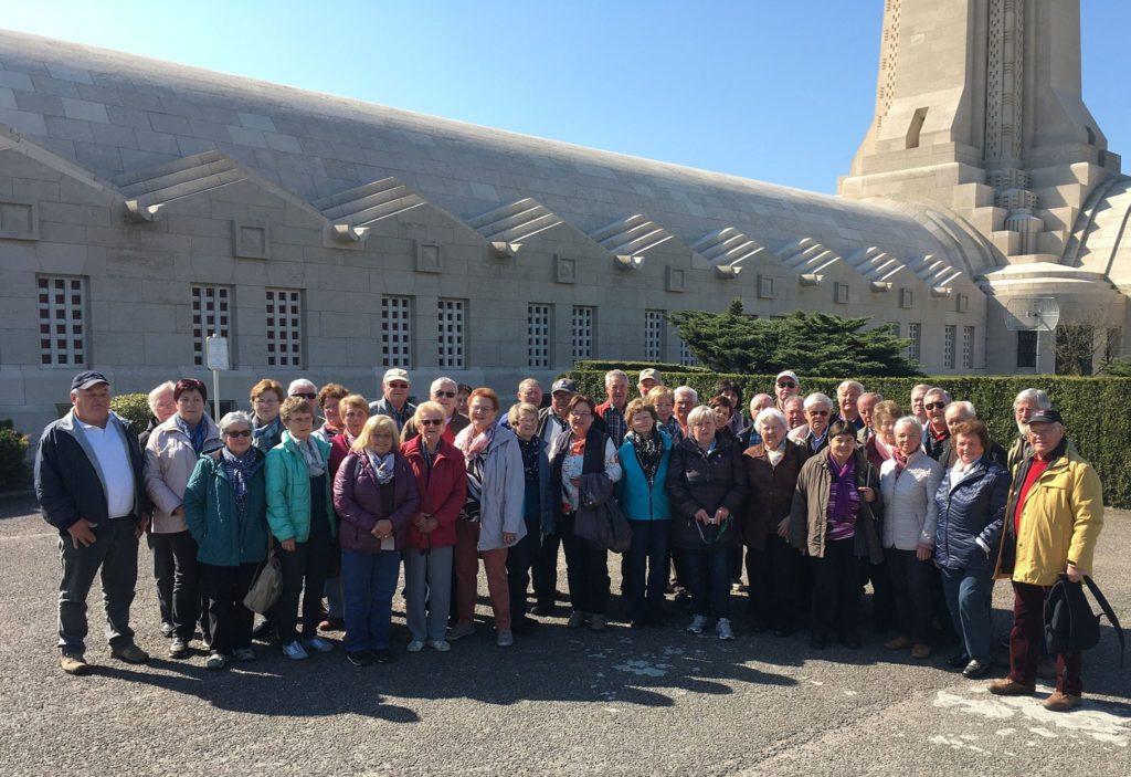 Veteranen Isen vor Gebeinhaus Douaumont