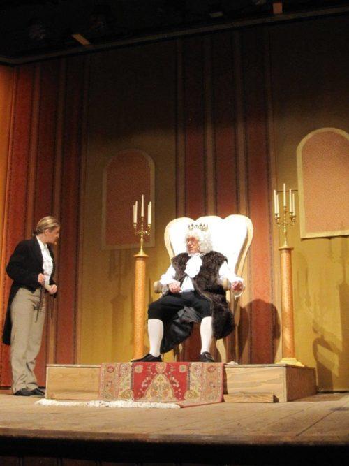 Franz Drasch als König mit seiner Sekretärin (Sylvia Drasch)