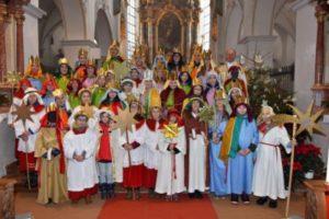Dreikoenig-Gruppenbild-Kirche-Sternsinger Isen