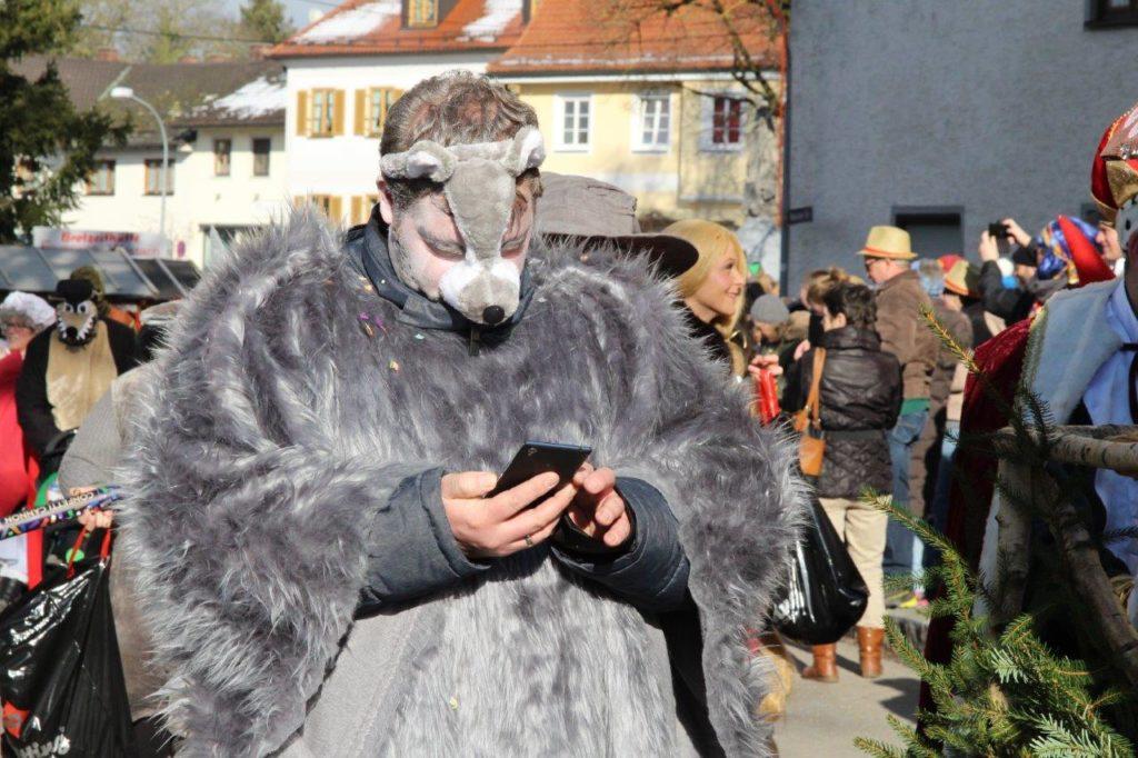 Moderner Handy-Märchenwolf - Faschingszug Isen 2018