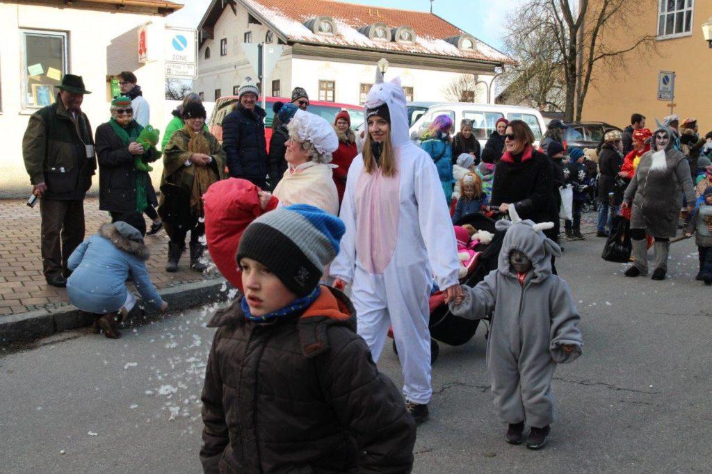 Einhörner, Frau Holle schüttelt den Schnee gleich unten aus und klein iAa... Faschingszug Isen 2018