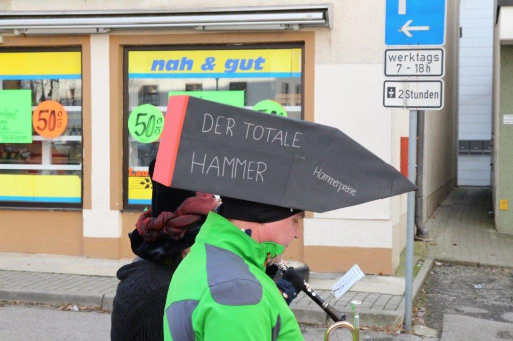 Jetzt wirds aber günstig - da laufen sogar die Hammer beim Volksfestzug Isen 2018