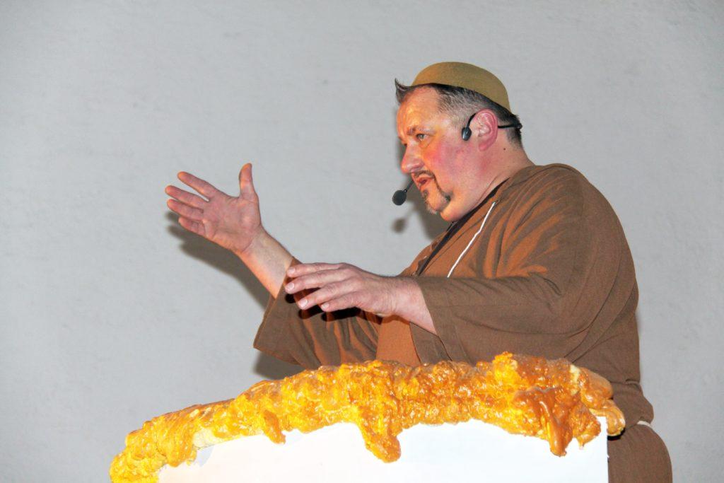 """Bei seiner Fastenpredigt 2016 sprach Bruder Isenator verwundert den Blutspenden-Termin des BRK an, der genau am Tag nach dem Isener Volksfest war. """"Stellen sie sich vor, ein Veganer bekommt die Blutkonserve eines Iseners, der das Kesselfleischessen noch ernst nimmt!"""" Die neue Pfahlbauweise im Überschwemmungsgebiet an der Isen legte für den Prediger die Vermutung nahe, dass bei einem """"Hochwasser biblischen Ausmaßes"""" die Holzhäuser als Arche Noah gleich bis nach Lengdorf gespült würden."""