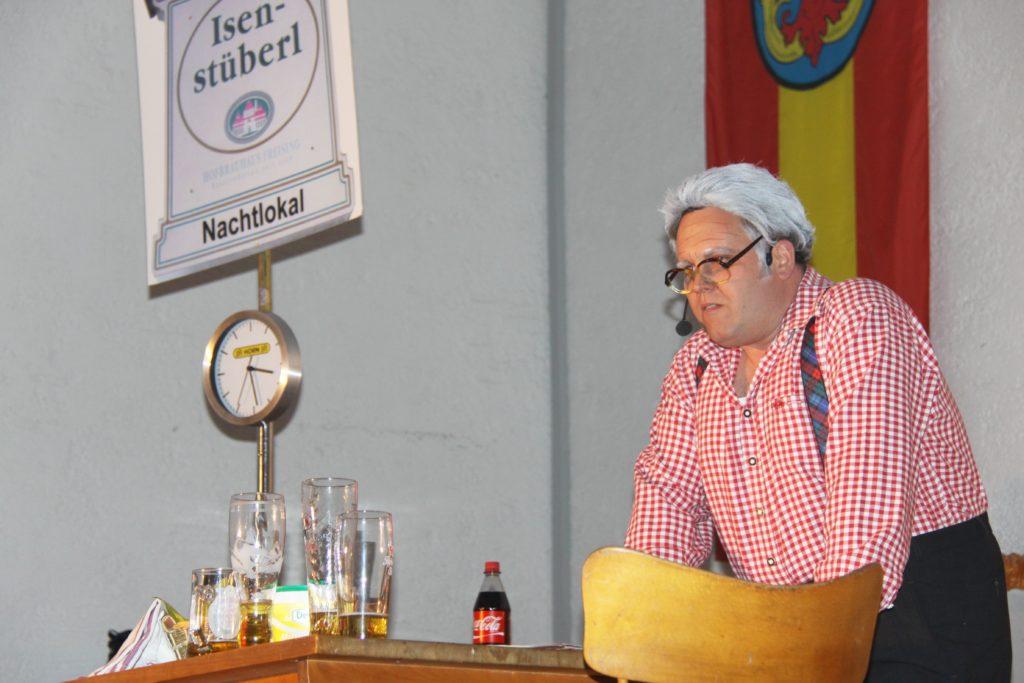 """Sonderapplaus bekam Kurbe Niedermeier beim letzten Mal für seinen Sketch als """"Nachtclubinhaber"""" Martin Wegmaier. Als pflichtbewusster Wirt sei er auch für die Integration von Neubürgern zuständig, nach dem Motto: """"Du kommt als Fremder und gehst als Freund."""""""