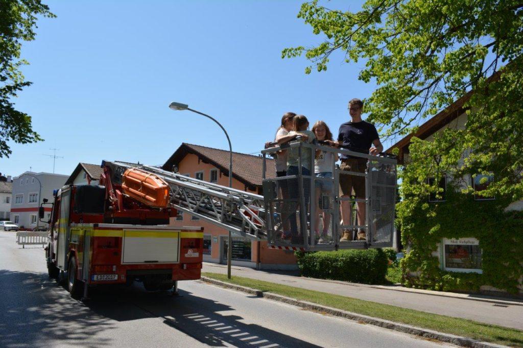 Mutige Kinder beim Aufstieg auf der Drehleiter der Feuerwehr Isen bis auf 18m Höhe