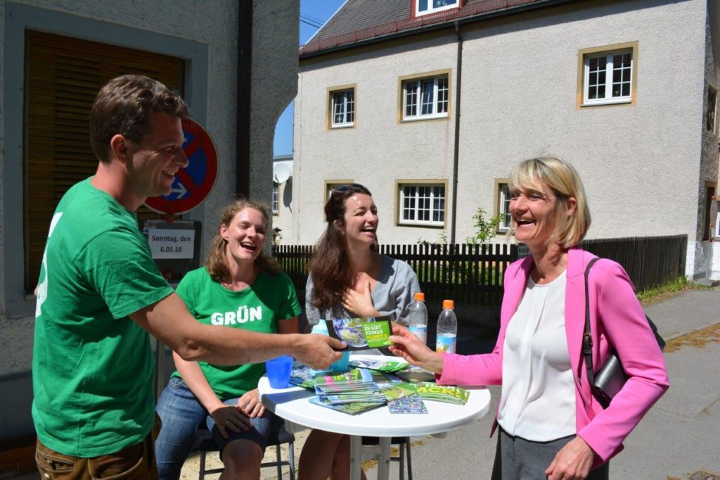 2. Bürgermeisterin Evi Pfennig (rechts) informiert sich am Stand der Isener Grünen.