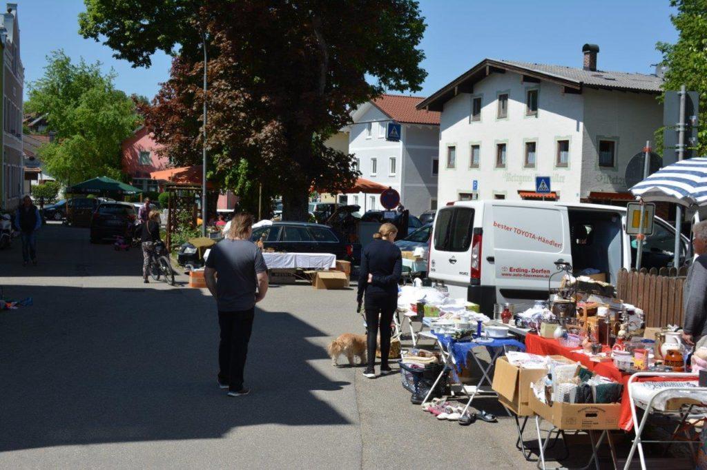 Traditioneller Flohmarkt in Isen in der Ludwig-Heilmaier-Strasse