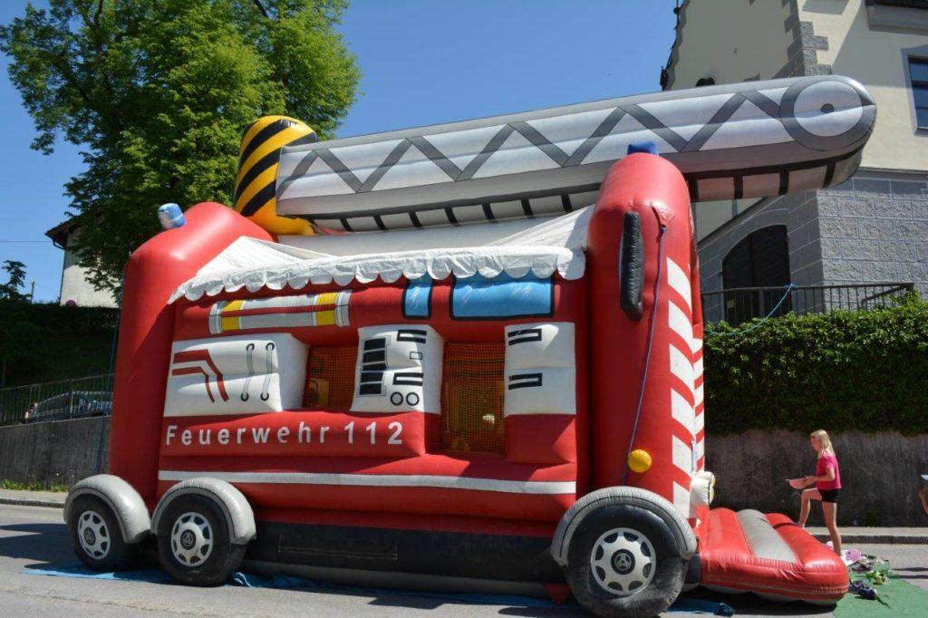 Riesengroßes, aufblasbares Feuerwehrauto zum Springen für die kleinen.