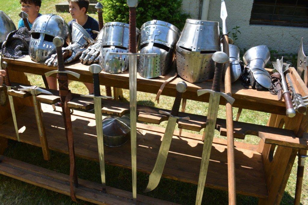 Ritterrüstungen und Schwerter gab es beim Mittelalter-Lager auf dem Kreuzmarkt Isen zu besichtigen