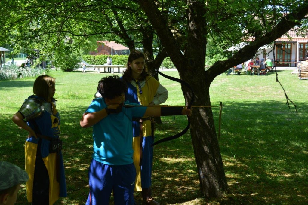 Früh übt sich, wer ein Meister im Pfeil- und Bogenschießen werden will. Kreuzmarkt Isen, Mittelalterliches Lager