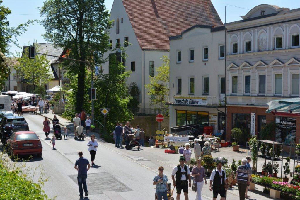 Besucher in der Münchner Straße auf dem Kreuzmarkt in Isen