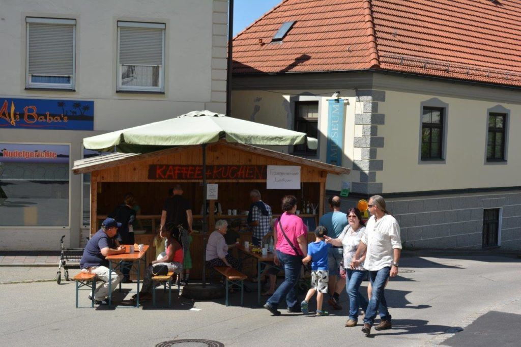 Kaffee und Kuchen darf natürlich nicht fehlen - vor dem Heimatmuseum, das während des Kreuzmarktes auch geöffnet hatte