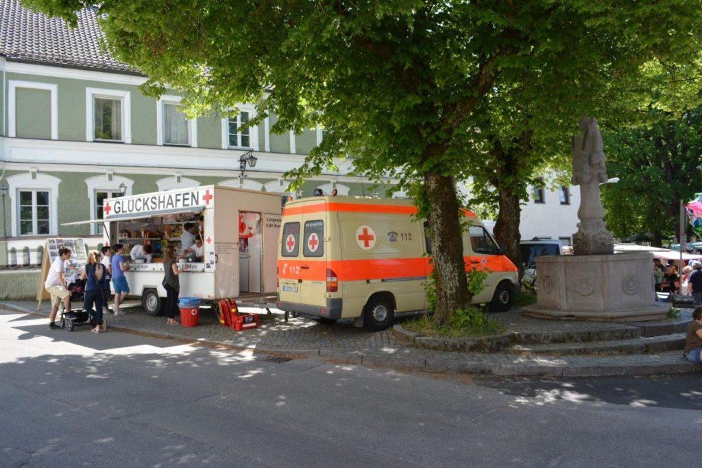 """Zu gunsten der BRK gabe es auch einen """"Glückshafen"""" auf dem Kreuzmarkt in Isen"""