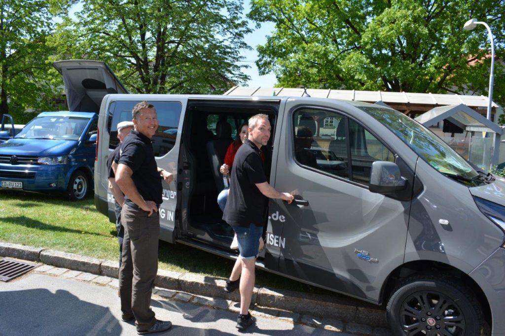 Fiat Spielberger beim Vorführen des neuen Fiat Talenta Transporters auf dem Kreuzmarkt in Isen
