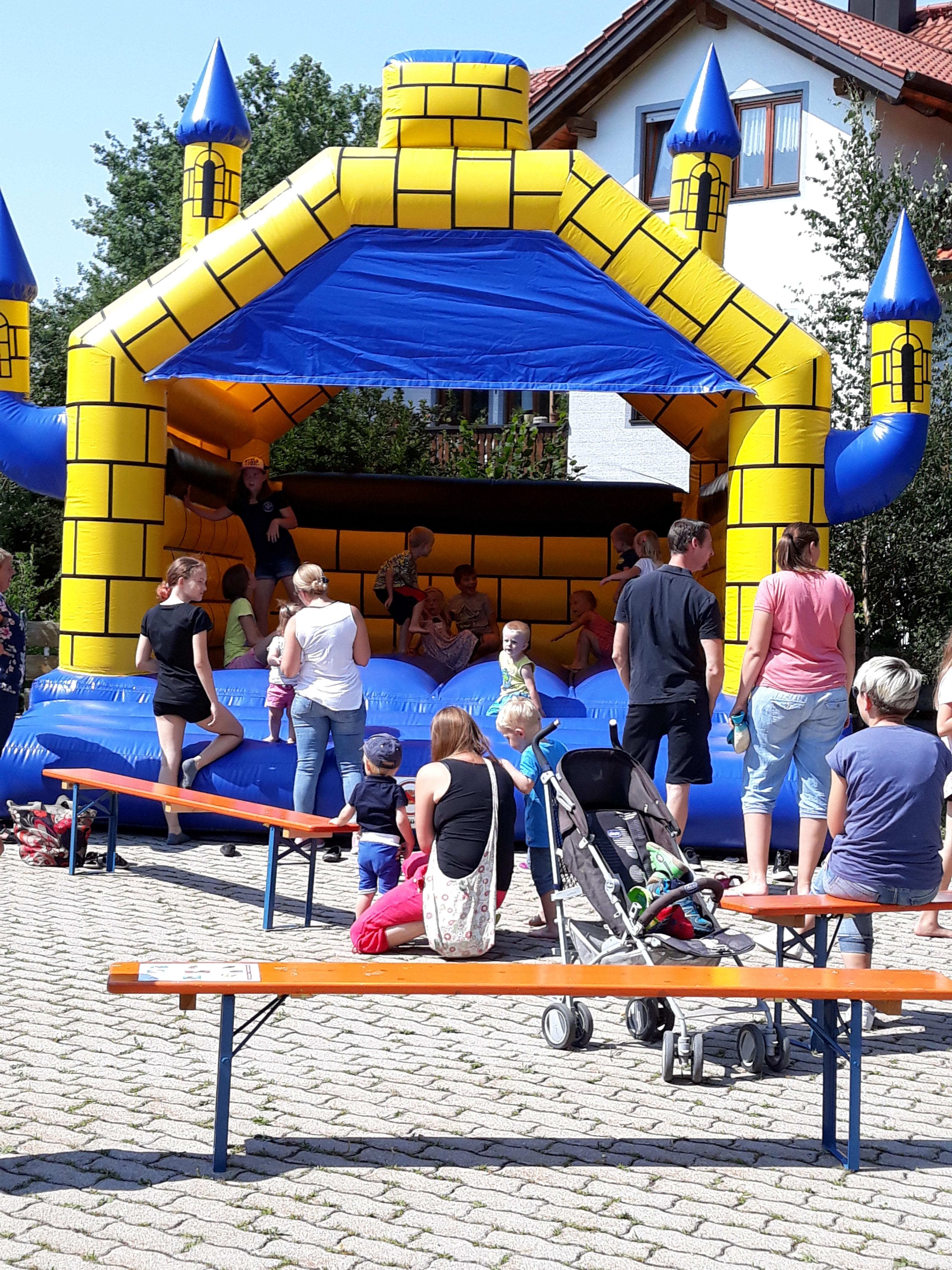 Hüpfburg wurde gerne auf dem Feuerwehrfest Isen von den kleinen Besuchern genutzt