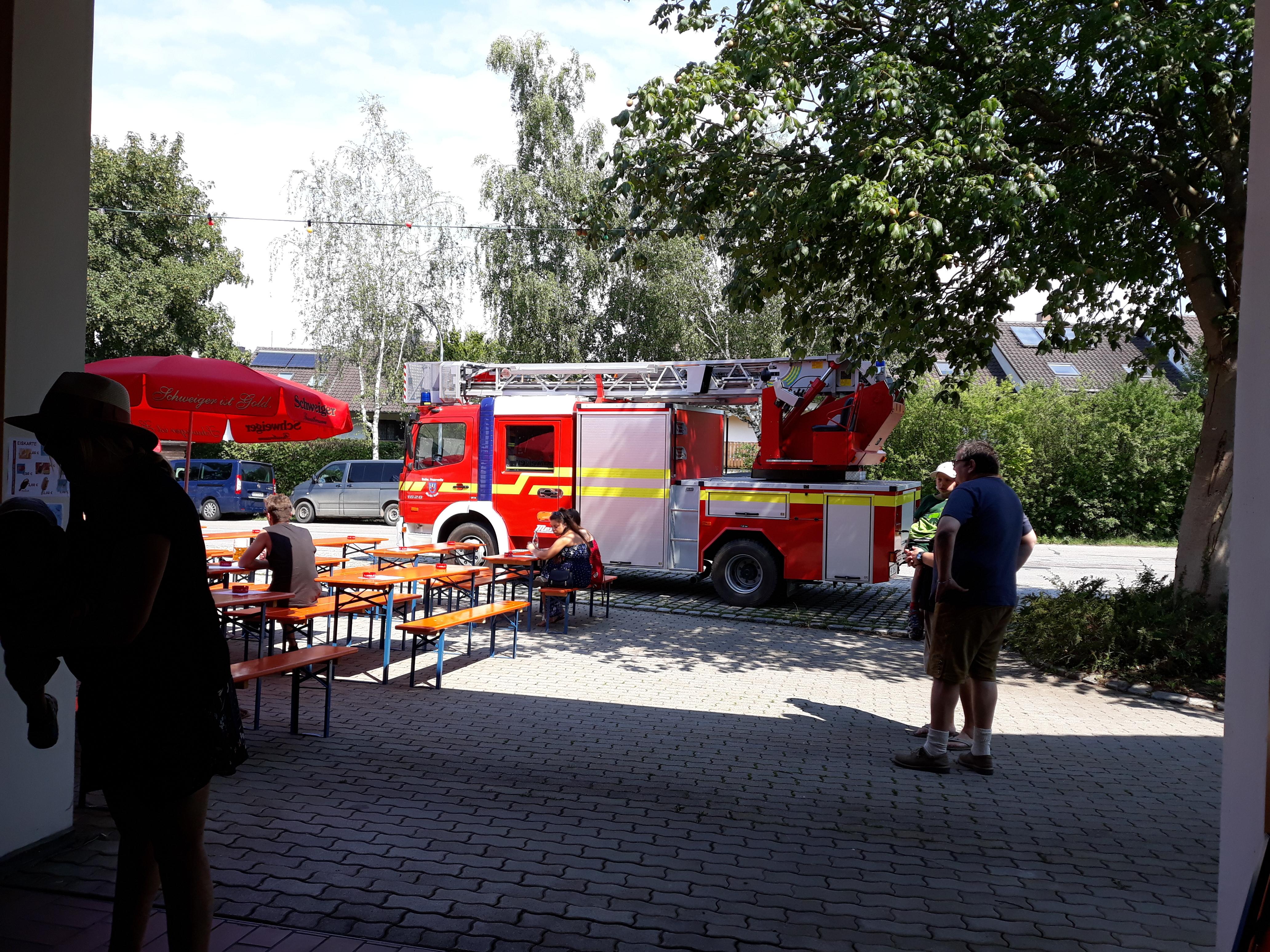 moderne Drehleiter der Feuerwehr Isen