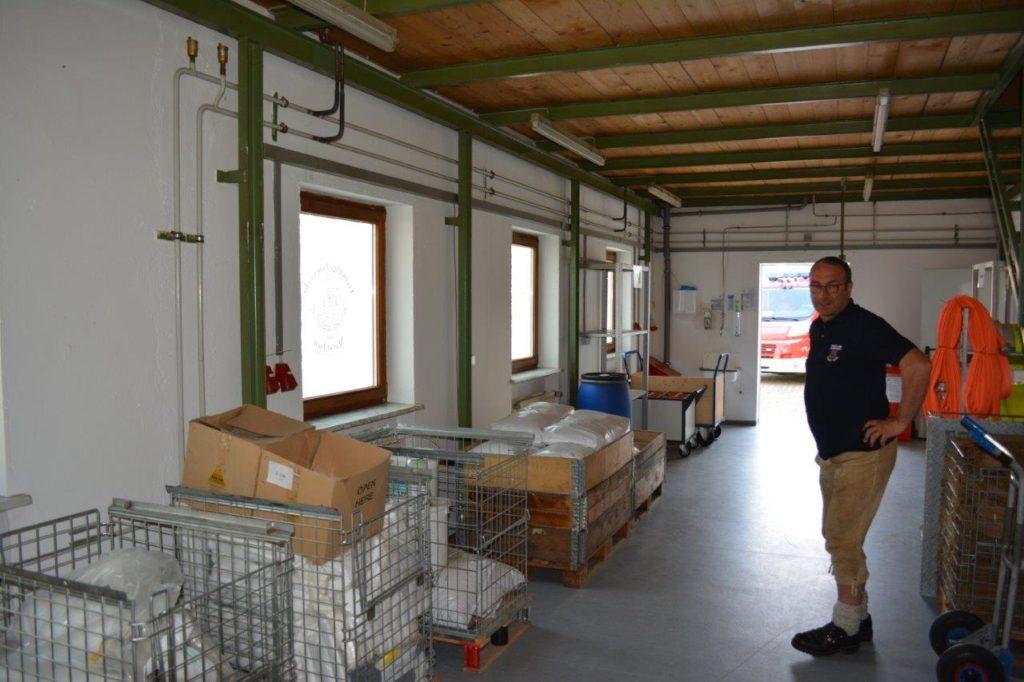 1. Vorstand der Feuerwehr Isen Bernhard Schex zeigt den neuen Gemeinschaftsraum für alle Isener Feuerwehren, in dem Hilfsmittel, wie z.B. Ölbindemittel lagern.