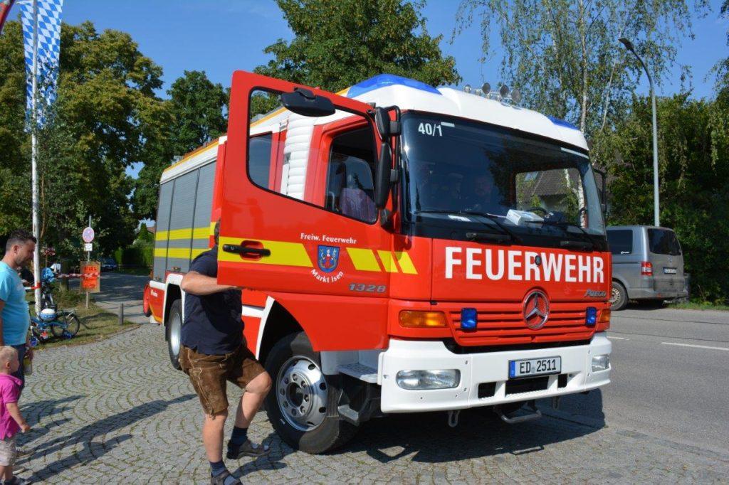 Gewaschen und poliert steht das Feuerwehrauto für die Rundfahrten für die Kinder bereit.
