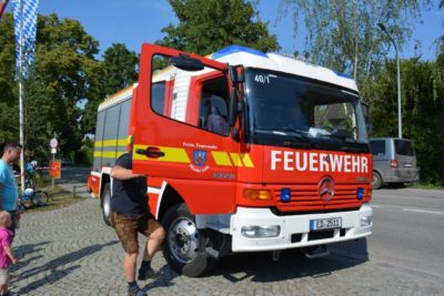 Feuerwehrfest Isen - Kinder dürfen eine Runde mit dem Feuerwehrauto fahren