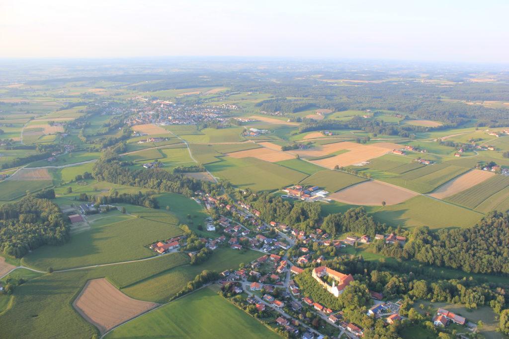 Blick auf Schloß Burgrain vom Ballon aus
