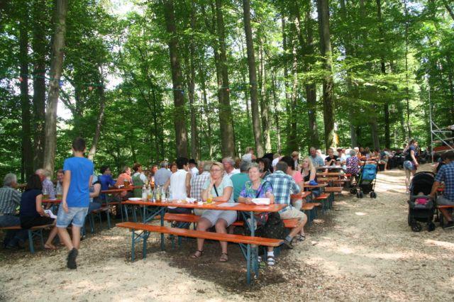 Viele Besucher auf dem Waldfest Gmain in Isen