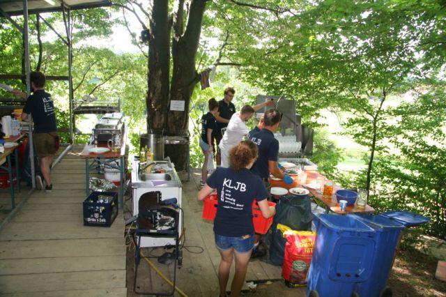 Fleißige Helfer der KLJB Isen bei der Arbeit