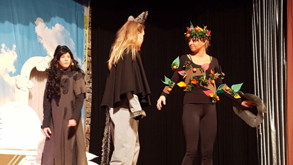 Pechmarie (Sabrina Wittig), Katze (Rebecca Nicolai) und Apfelbaum und Wegweiser (Svea Fehmer)