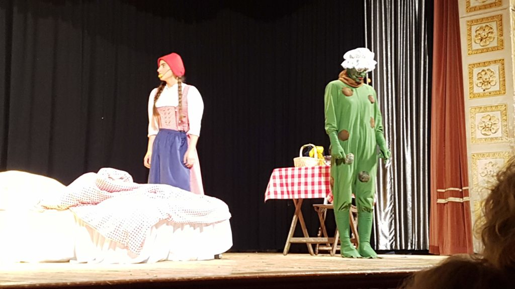 Rotkäppchen (Fiona Schneider) mit Frosch (Veronika Senden)