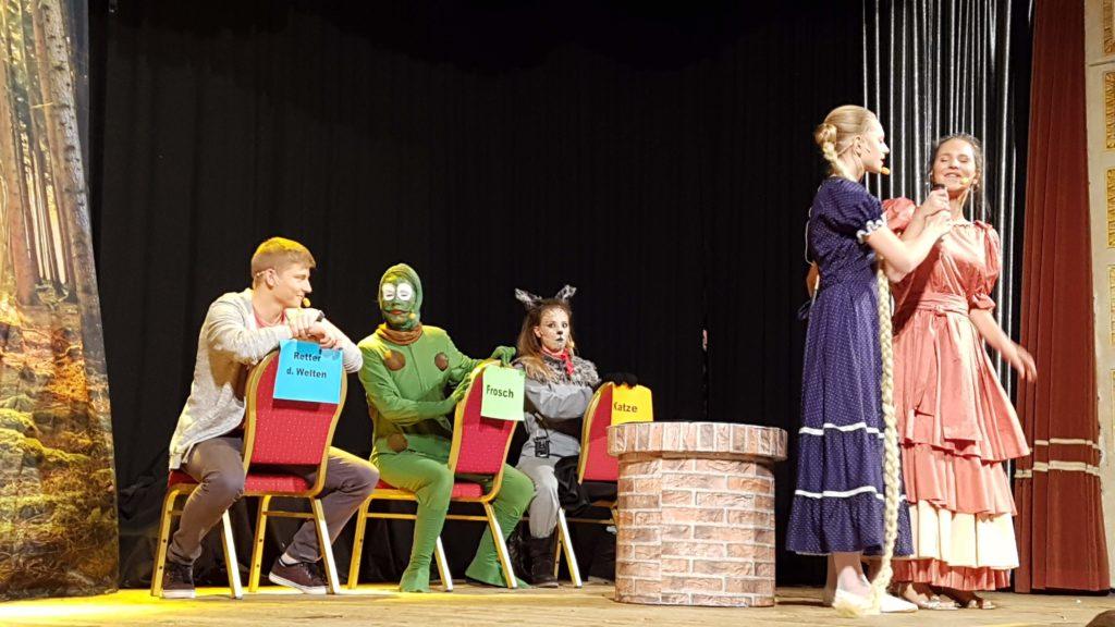 Jakob (Finn Fehmer) Frosch (Veronika Senden), Katze (Rebecca Nicolai) mit Rapunzel (Eva Brenninger) und der Königstochter (Raphaela Nicolai)
