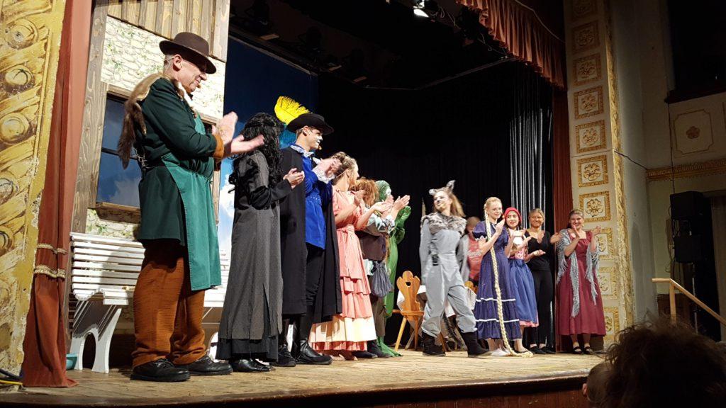 Schlußapplaus für die tollen Schauspieler des Theatervereins Isen