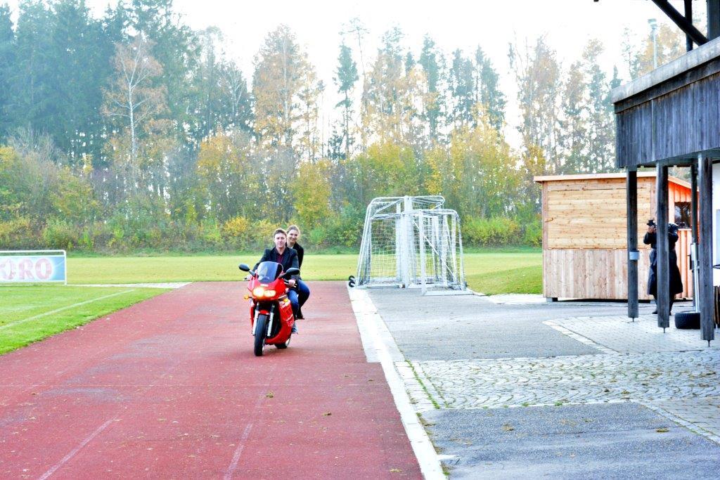 Einfahrt des Faschings-Prinzenpaares Sonja die erste und Christian der zweite vom hoaßen Zwoasitzer auf dem TSV-Gelände in Sankt Wolfgang