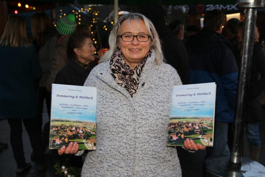 Christina Schweiger mit der neuen Chronik von Pemmering und Mittbach. Foto: Henry Dinger
