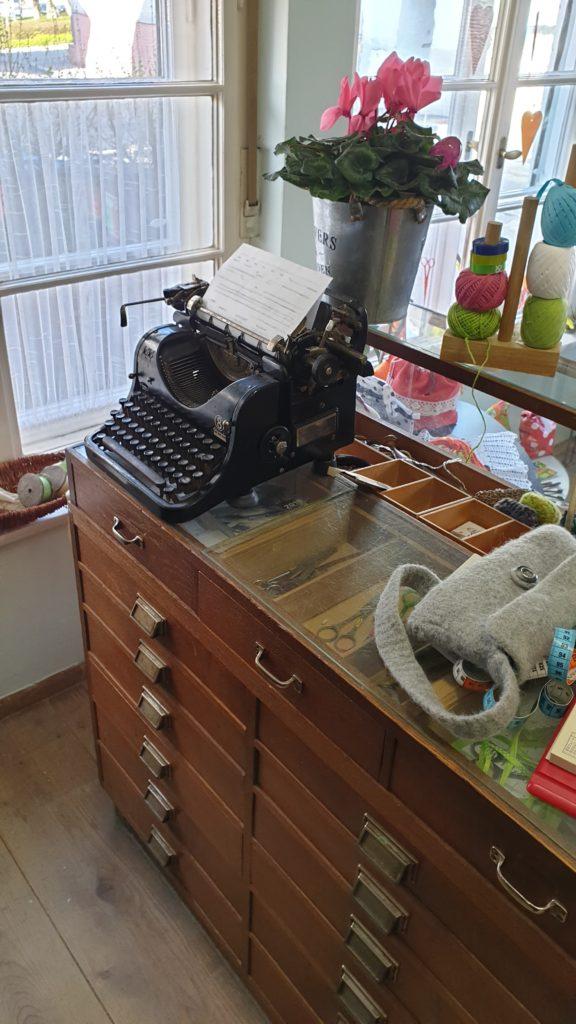 Original erhaltene Schreibmaschine von Frisör Raich im Atelier