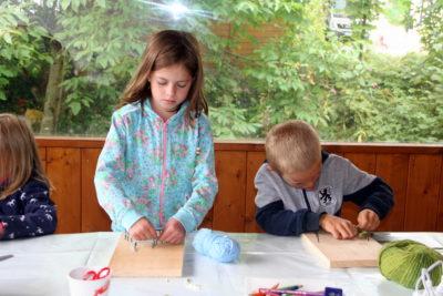 Ferienprogramm Isen: Kinder basteln am Bauernmarkt