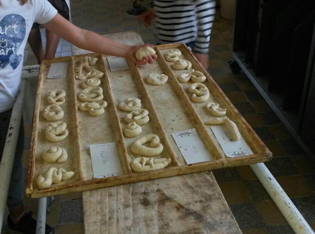 Hortkinder backen Brezen bei Bäckerei Sattler