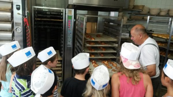 Hortkinder backen Brezen in Bäckerei Sattler